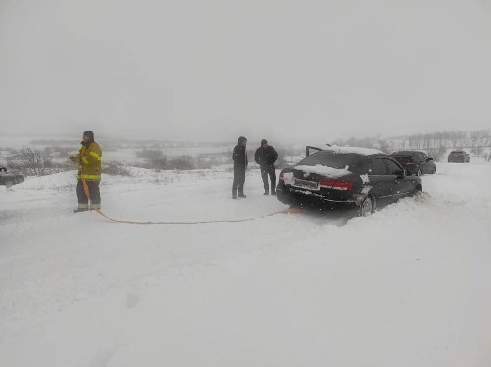Спасатели помогают вызволить людей из снежного плена / Фото REUTERS