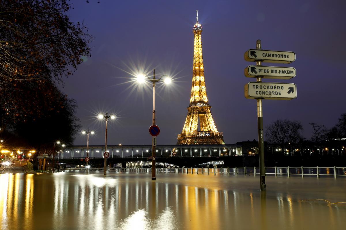 Эйфелеву башню открыли для туристов \ фото REUTERS
