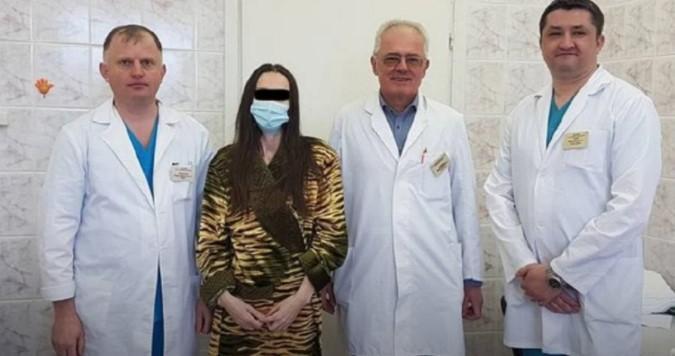 У женщины была липосаркома/ фото пациента со своими лечащими врачами