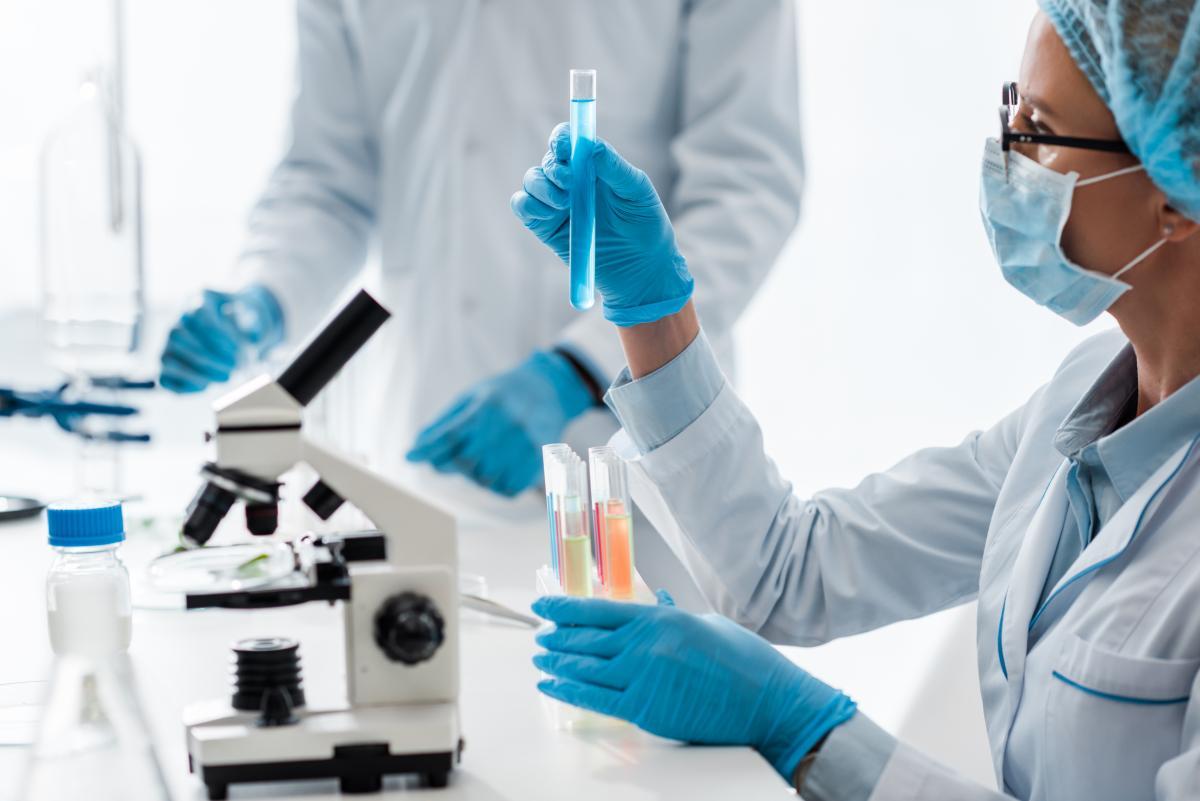 Ученые обнаружили мутацию, которая делает версию коронавируса из Британии более заразной / ua.depositphotos.com