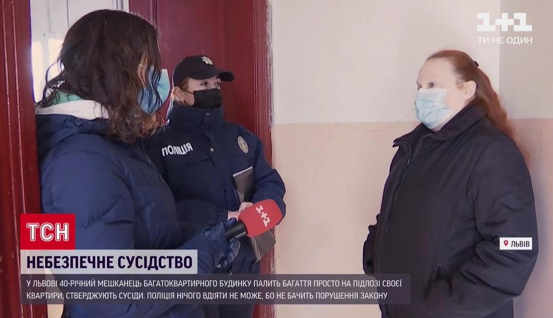 Во Львове соседи не могут справиться с соседом, который разжигает в квартире костер / Скриншот с видео