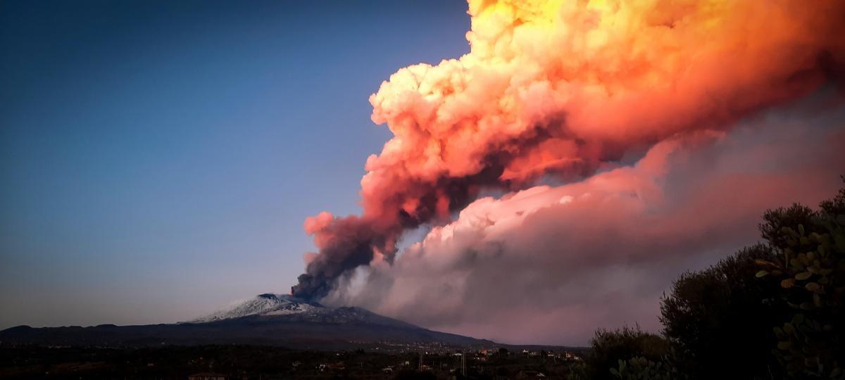 Этна - самый высокий ныне действующий вулкан в Европе / фото REUTERS
