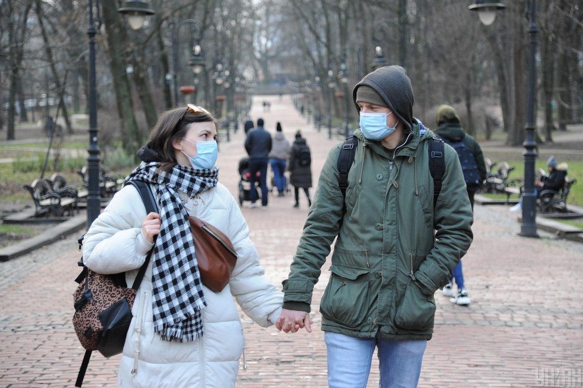 Красная зона ограничения - правительство обязало носить маску на улицах и в парках / фото УНИАН, Николай Тис