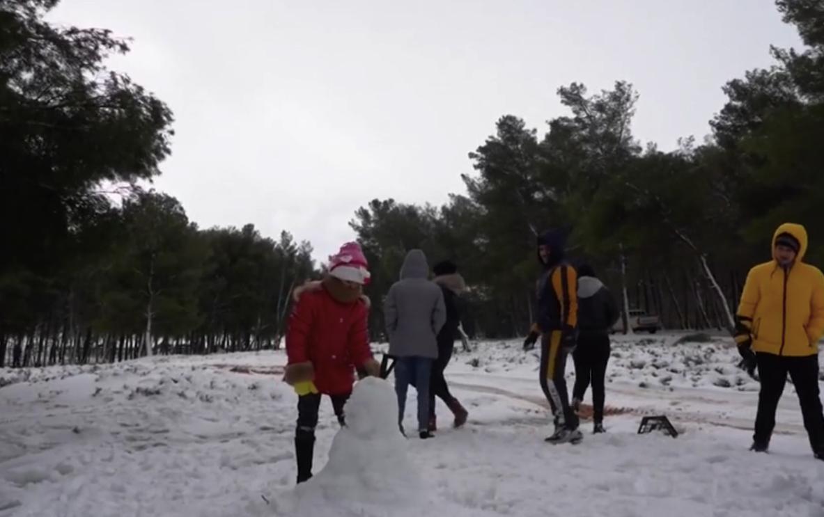 Діти у Лівії радіють неочікованому снігу / Скріншот із відео