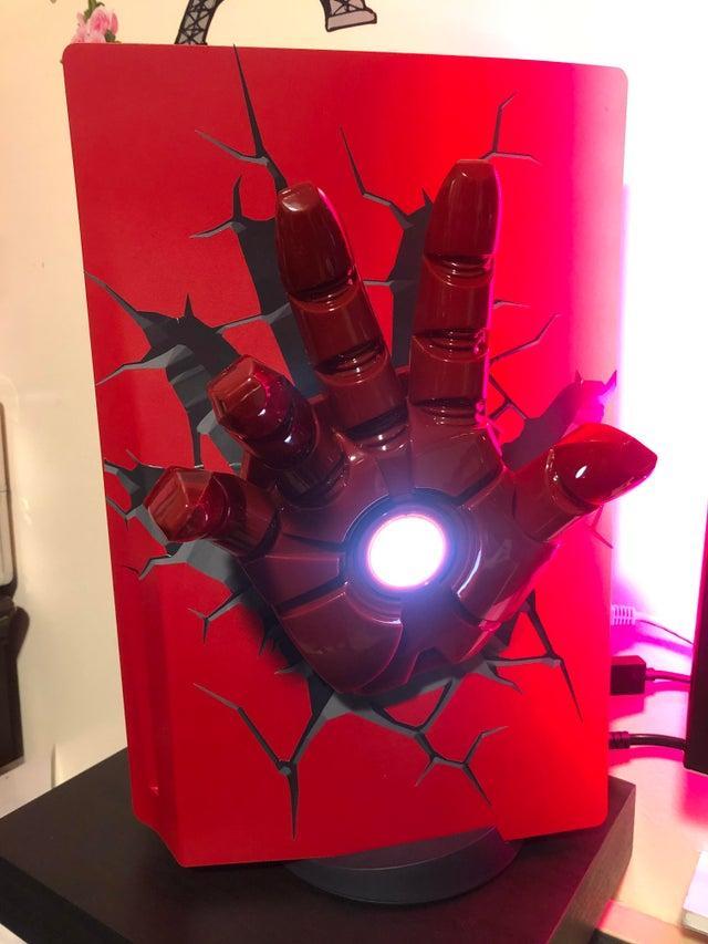 PS5 в стиле Iron Man / фото reddit.com/r/playstation