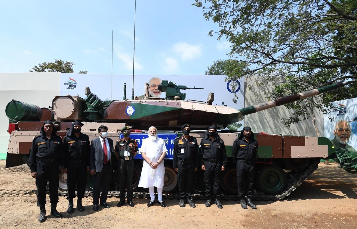 Индийский премьер передает военным новый танк/ Twitter