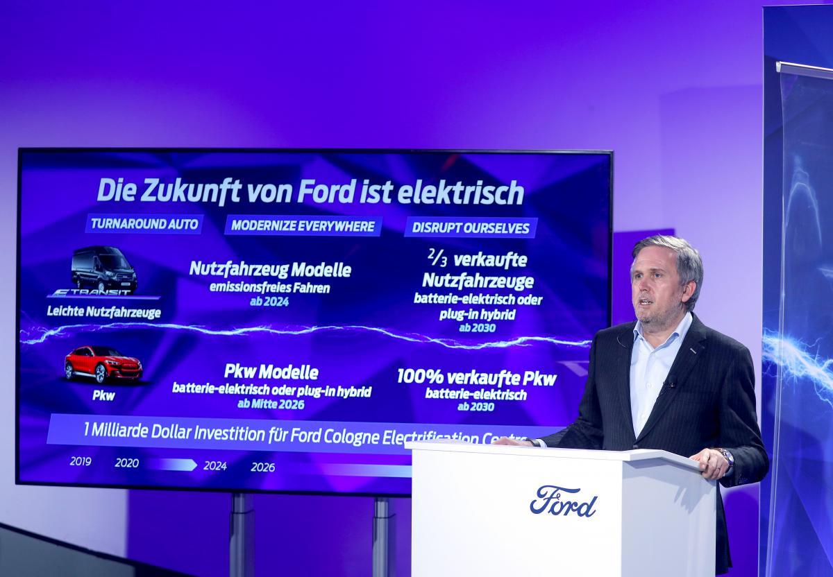 Президент Ford в Европе Стюарт Роули во время презентации планов компании по производству электромобилей / фото REUTERS