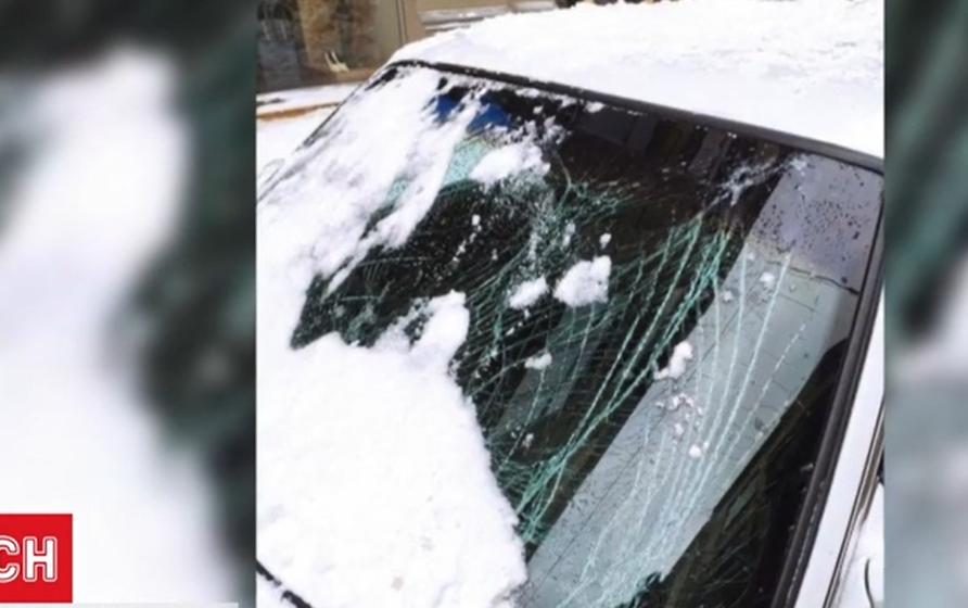 У авто разбилось лобовое стекло \ скриншот с видео