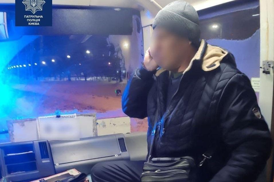 Маршрутки Київ - патрульні спіймали п'яного маршрутника після скарг пасажирів / t.me/kyivpatrol