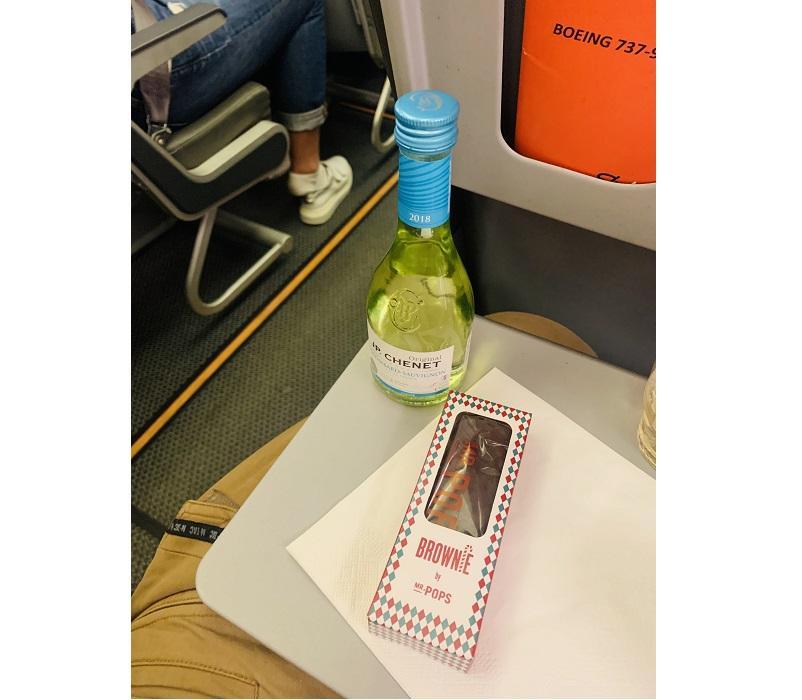Лететь веселее с вином и закусками, да и пища – хороший повод ненадолго снять маску в самолете / фото автора