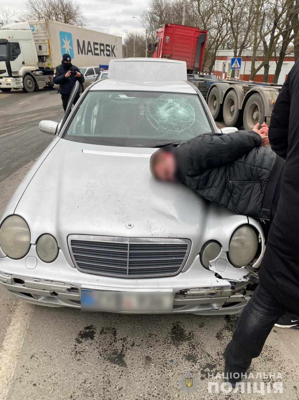 В машине у злоумышленника нашли оружие и наркотики / фото Нацполиция