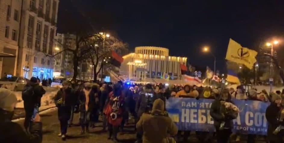 Люди собрались возле Михайловского собора и пошли на Институтскую / скриншот Мария Лысенко / УНИАН