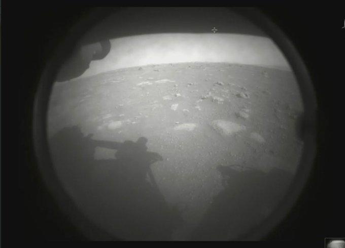 Первое фото марсохода Perseverance с Марса / фото twitter.com/NASA