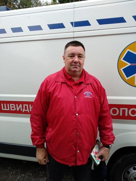 Степан Вознюк нес пациента до скорой 2 километра, потому что машина не могла подъехать ближе / фото facebook.com/EMD.Rivne