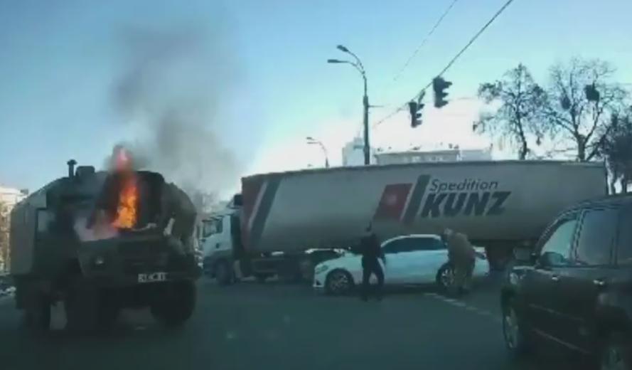 """Возле """"Берестейской"""" загорелся военный грузовик / скриншот"""
