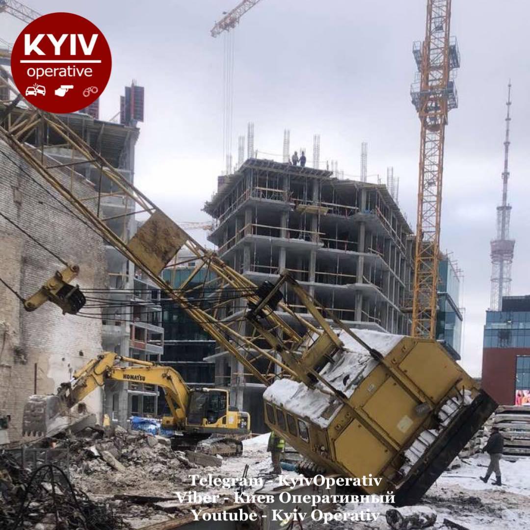 На стройку обрушился кран / фото: Киев Оперативный Facebook