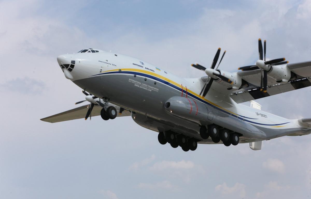 У 1965 році був здійснений перший політ транспортного літака Ан-22 «Антей» / фото goodfon.com