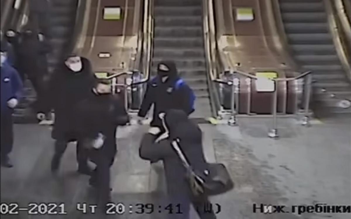 Cпортсмены напали на сотрудниковСБУ возле эскалатора/ скриншот из видео