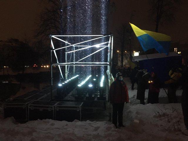 По словам организаторов,лучи света символизируют души погибших / Фото 24 канал