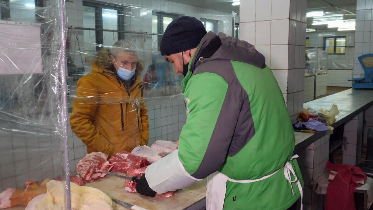 Василь Маньківський торгує на базарі власним продуктом і розповідає про важкі часи