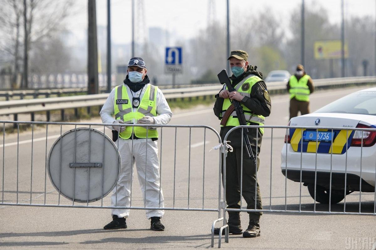 Працівники поліціїздійснюють контроль на блокпостах / фото УНІАН, Владислав Мусієнко