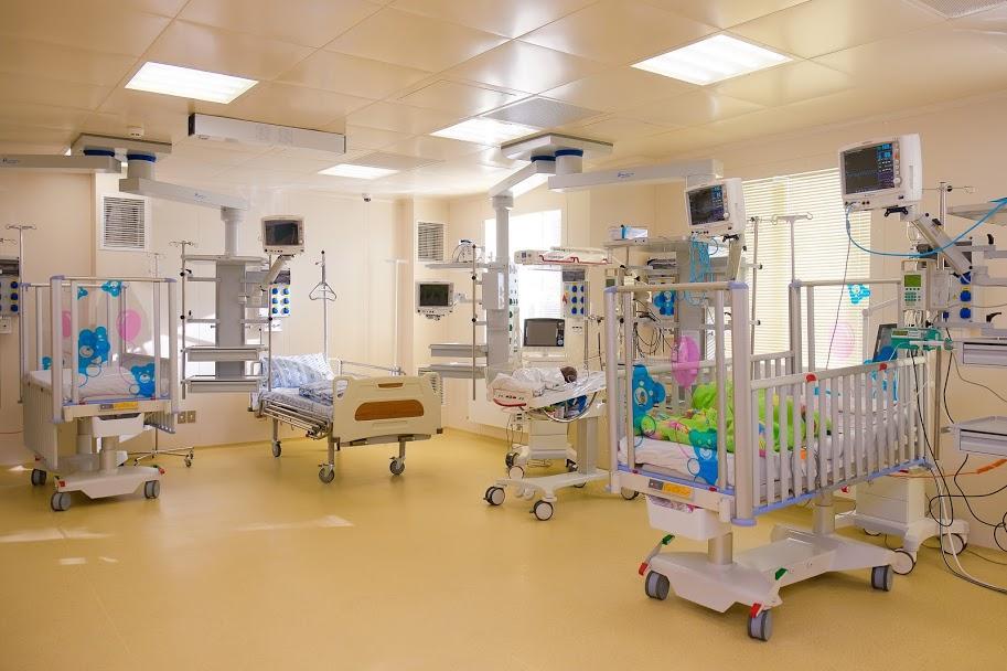 Врачи провели сложную операцию новорожденному \ facebook.com/headneckrudnev/