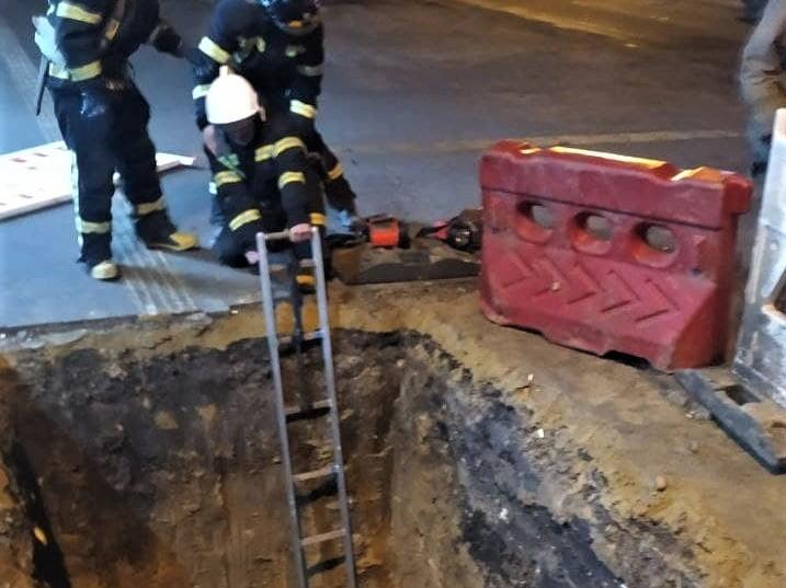 Імовірно, яму вирили для ремонтукомунікаційних мереж / фото ДСНС
