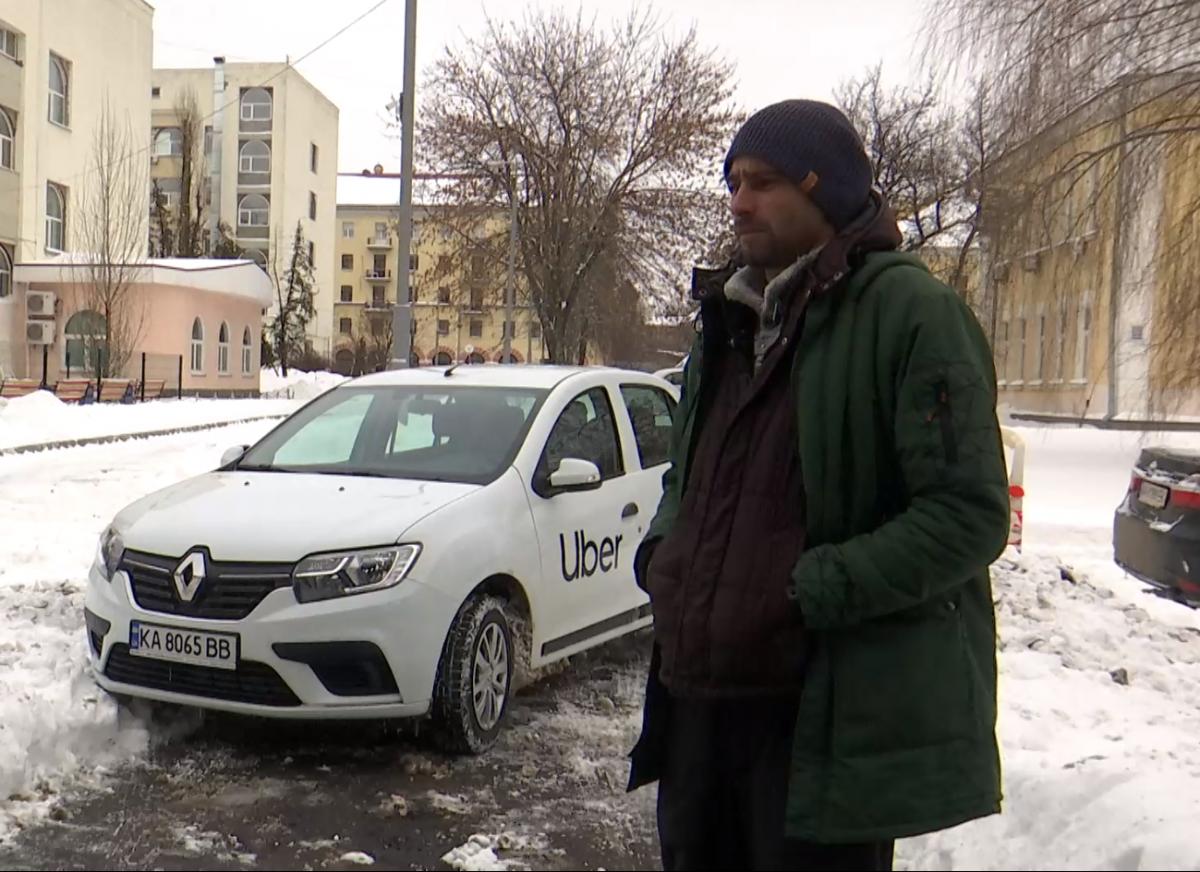 Іван ділиться враженнями від трьох тижнів роботи таксистом. Запевняє – такий жорсткий режим витримає не кожен/ УНІАН