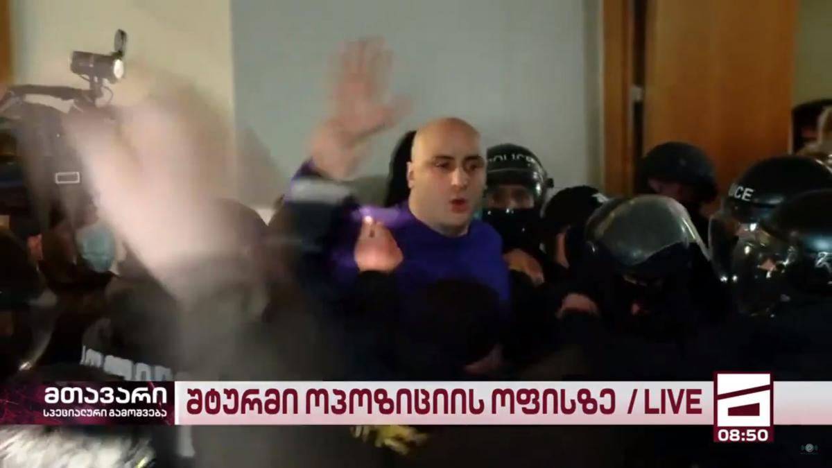 Полиция во время штурма использовала спецсредства, в том числе перечный газ/ скриншот из видео