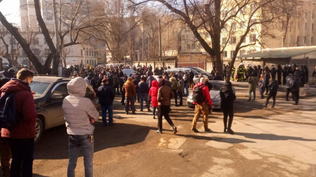 Под Приморским райсудом Одессыначались протесты из-за приговора Стерненко / Думская