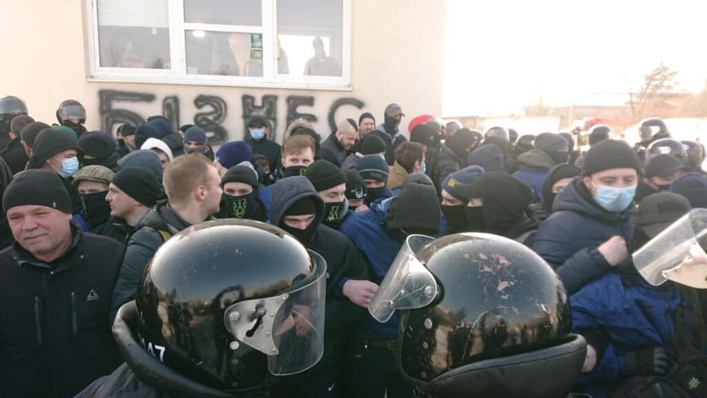 Нацкорпус - між активістами і поліцією сталися сутички на протестах проти бізнесу Козака / nationalcorps.org