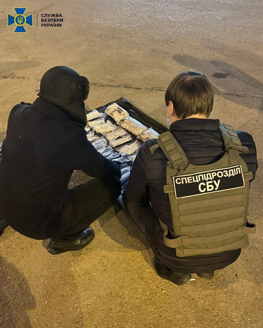 Наркокур'єр сховав амфетамінв упаковках з-під сок/ фото ssu.gov.ua