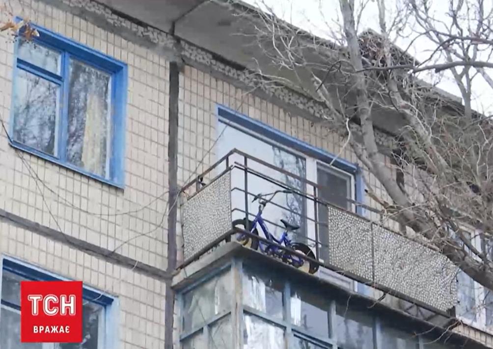 Мальчик упал с 5-го этажа \ скриншот с видео