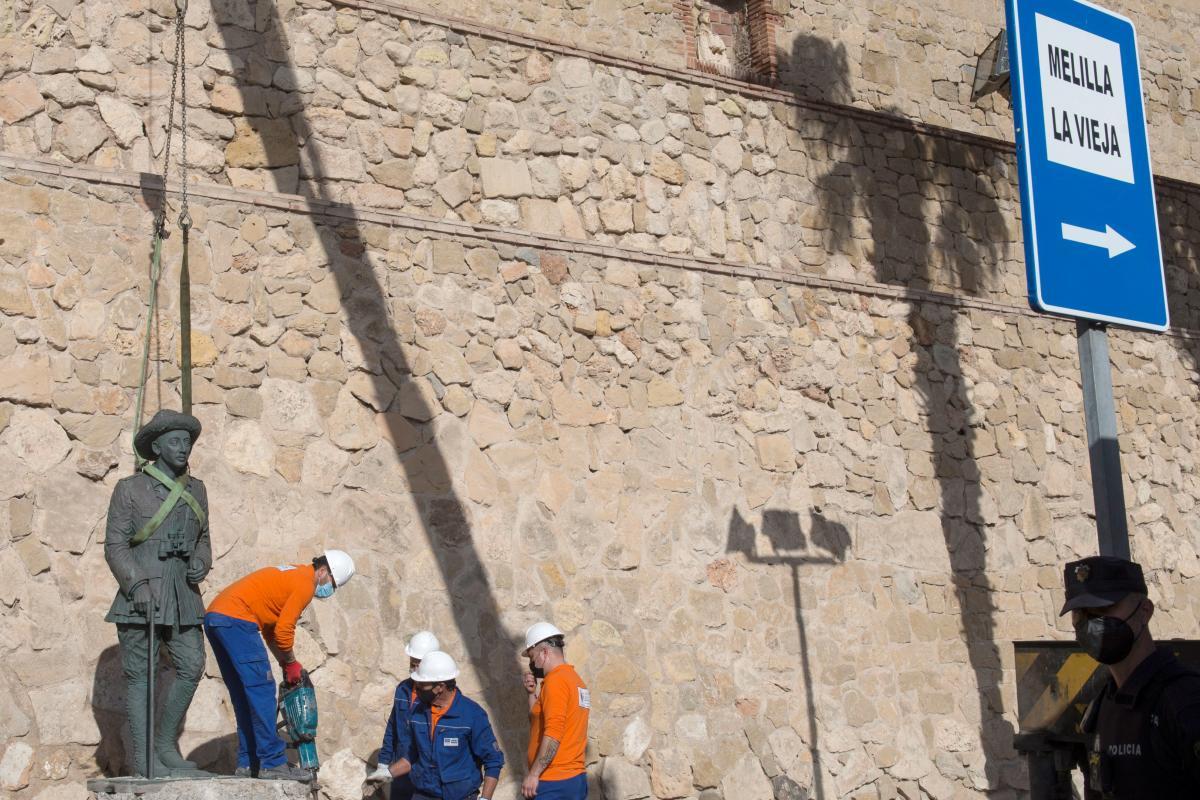 Рабочие разрушили край постамента и сняли скульптуру \ фото REUTERS