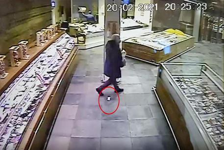 Мужчина не заметил, как из кармана выпал пакет с драгоценными камнями \ eurointegration.com.ua