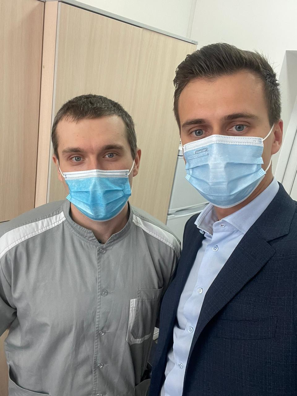 Первым прививку от коронавируса получил врач-реаниматолог Евгений Горенко / фото facebook.com/AleksandrSkichko