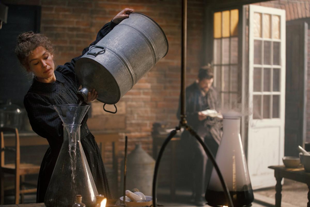 Розамунд Пайк в роли Марии Склодовской-Кюри / кадр из фильма «Опасный элемент»