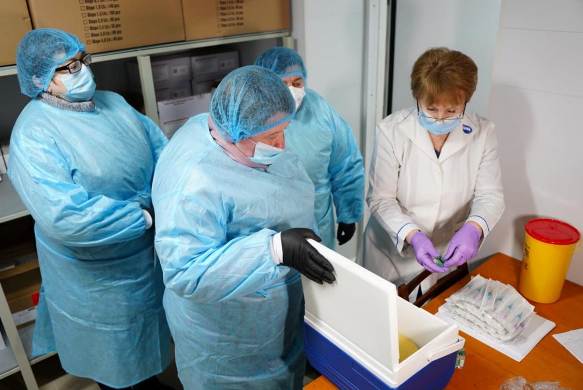 Вакцинация в Украине - Степанов обещает 10-11 тысяч вакцинированных в сутки до конца недели / REUTERS