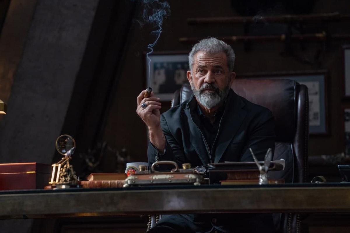 Мел Гибсон играет главного злодея / кадр из фильма Boss Level