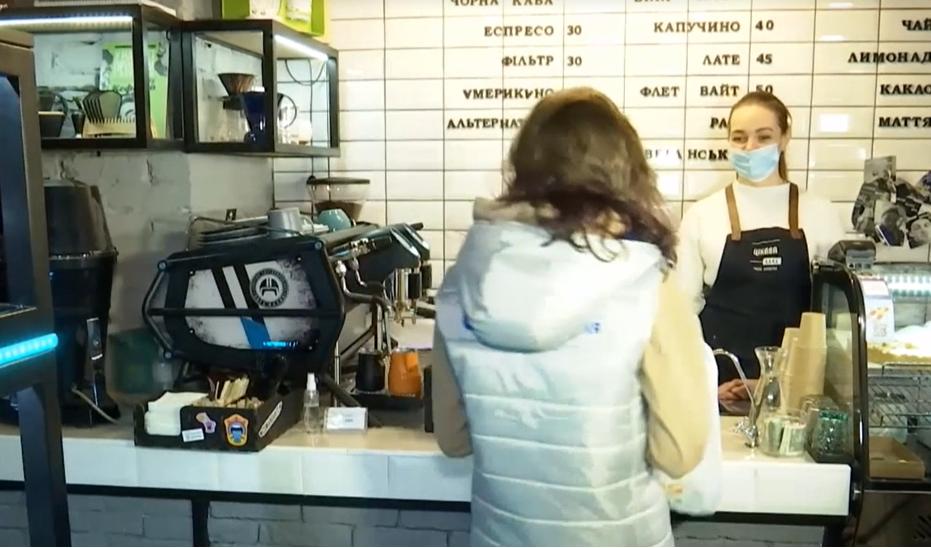 Чтобы бесплатно получить капучино или латте, нужно принести в кафе пакет с пластиковыми бутылками / скриншот извидео