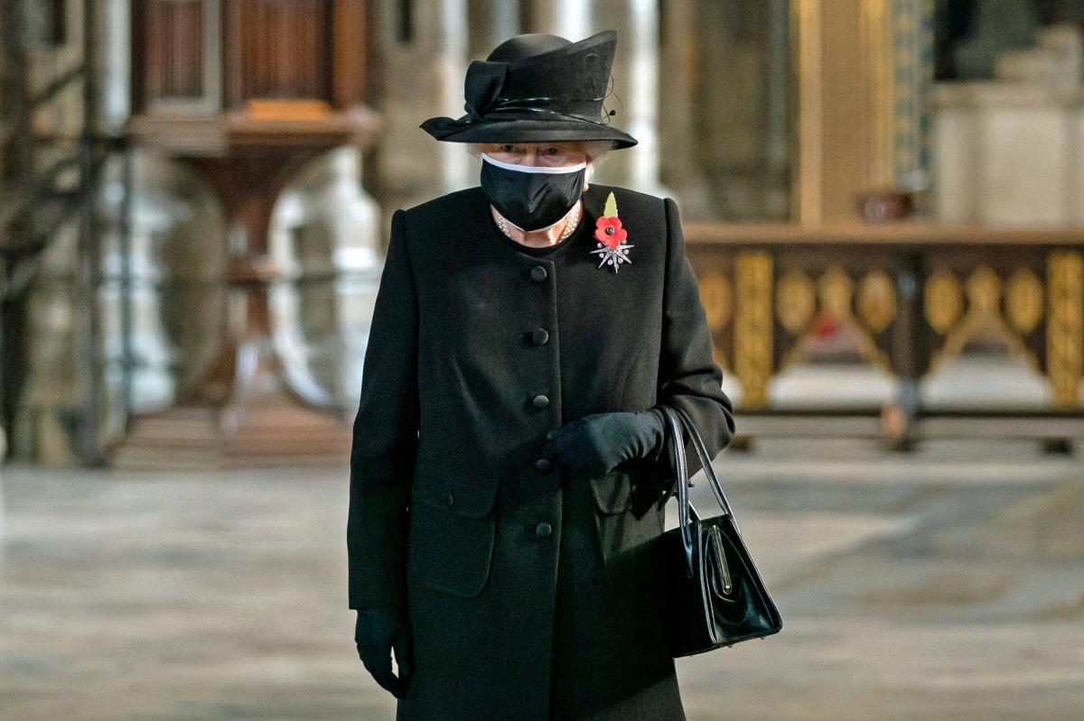 В сумке королевы был любимый платок ее мужа \ фото REUTERS