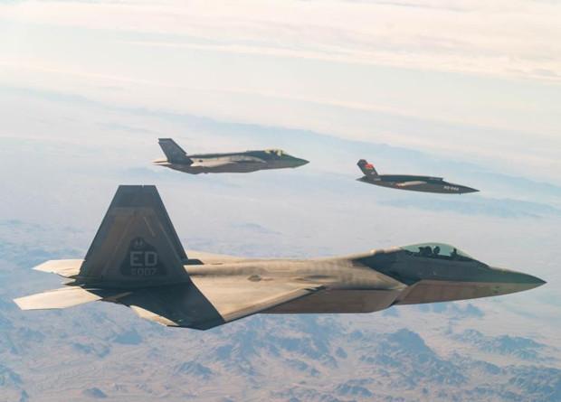 Американцы впервые испытают беспилотных ведомых на военных учениях / фото U.S. Air Force