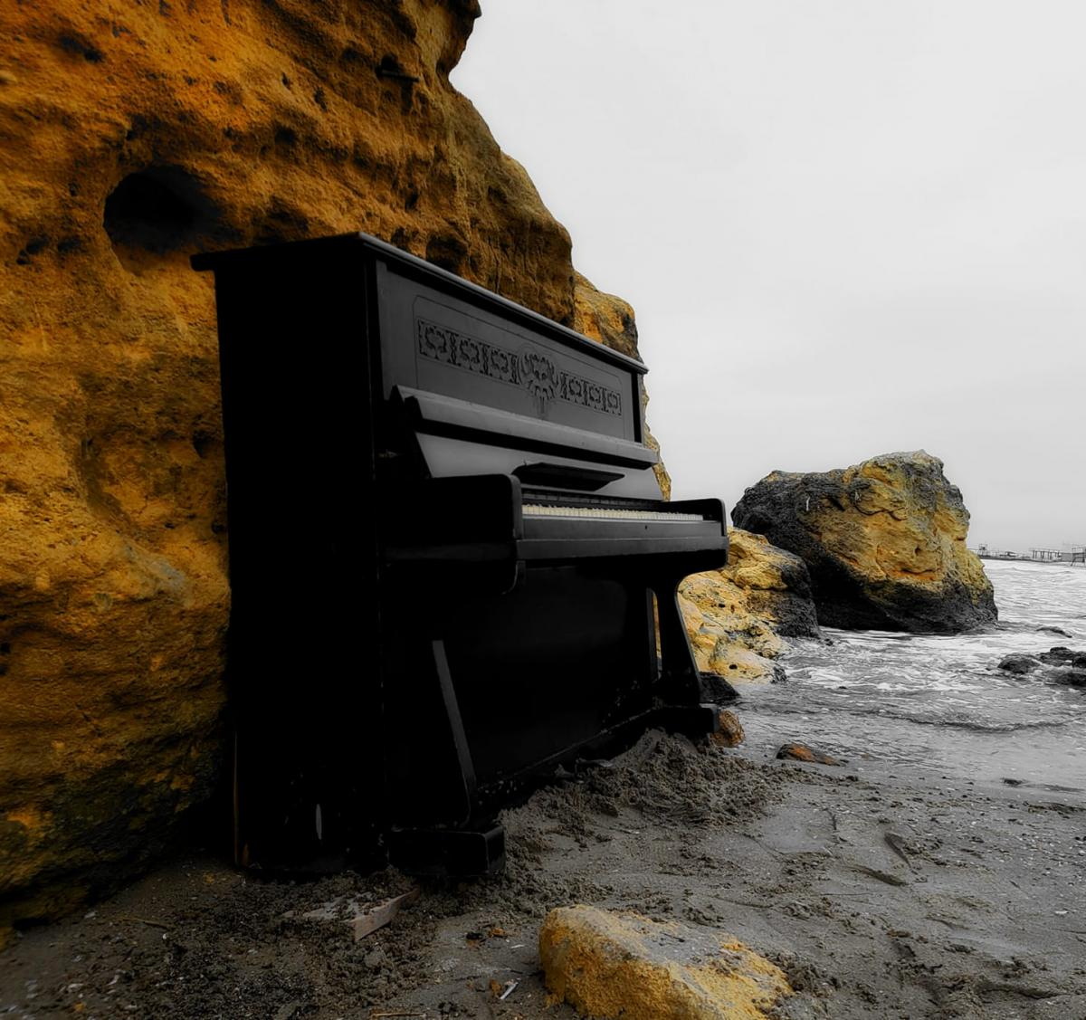 Пианино установлено на пляже «Отрада» \ фото Фейсбук Дмитрий Милютин