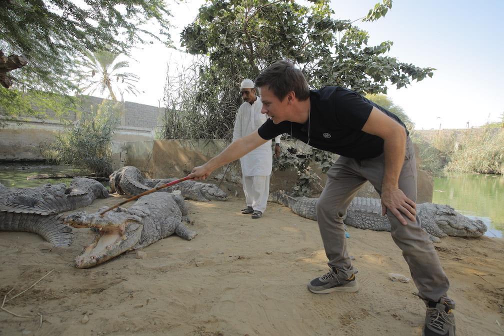 Дмитрий Комаров побывал на опасной пакистанской «Формуле 1» и зашел в клетку с сотнями крокодилов