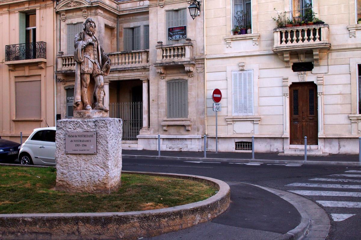 Статуя Нострадамуса у Салон-де-Прованс / фото Википедия