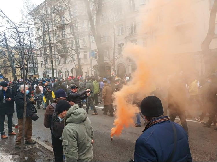 Протесты Стерненко - митингующие забросали петардами Офис генпрокурора / УНИАН / Виталий Саенко