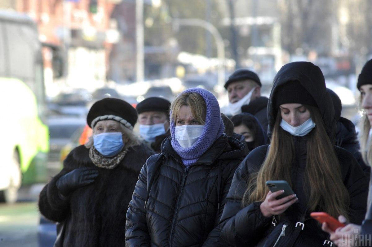 За минувшие сутки медики диагностировали у 748 закарпатцев COVID-19 / фото УНИАН, Сергей Чузавков