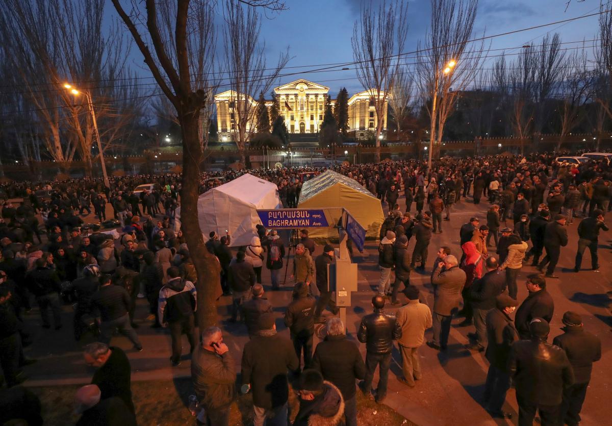В Армении проходит марш за отставку Пашиняна / фото REUTERS