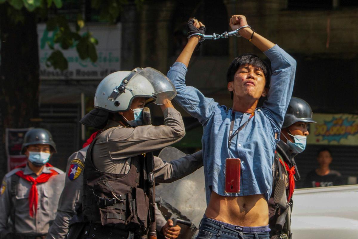 Силовики применили резиновые пули для разгона митингующих/ фото Reuters