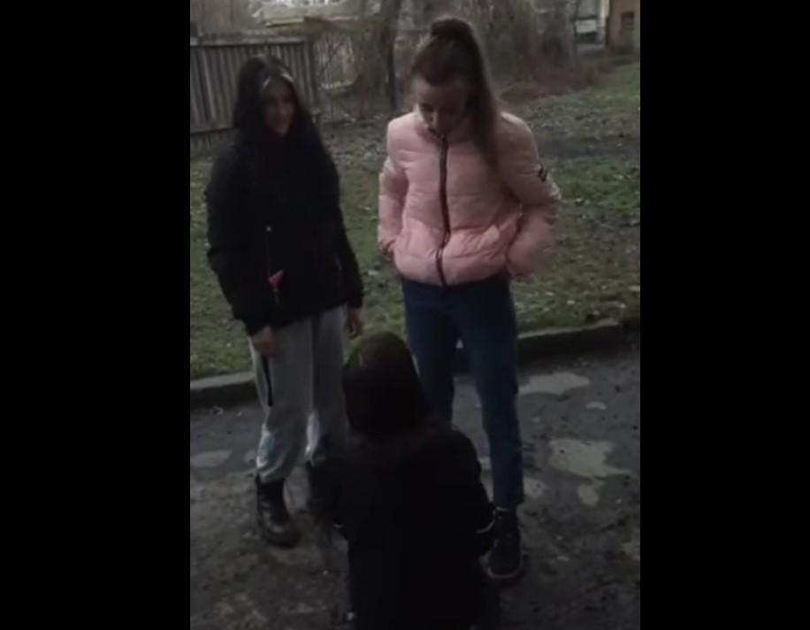 В Кривом Роге сняли на камеру буллинг школьницы/ Cкриншот с видео